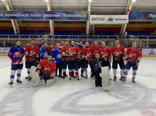 В турнире по хоккею с шайбой среди любительских команд на кубок
